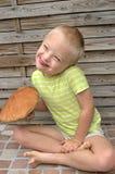 有保持向下使橙色蘑菇的综合症状的男孩 免版税图库摄影