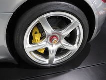 有保时捷商标和米其林轮胎的轮子 库存照片