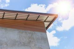 有保温材料玻璃纤维保护层数的屋顶 库存图片