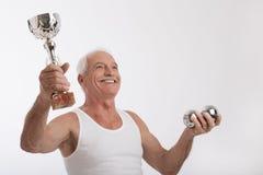 有保龄球战利品的年长人  免版税库存图片