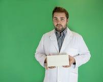有信封的年轻医生 免版税库存照片
