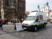 有信息标志的市政警察小客车在老镇中心, P 库存照片