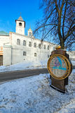 有信息的一个旅游石碑在雅罗斯拉夫尔市在冬天 库存照片