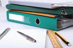 有信用卡、文件夹文件和笔记的皮革钱包关于书桌 被弄脏的背景 库存照片