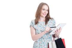有信用卡、袋子和片剂的微笑的顾客 免版税库存照片