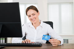 有信用卡和计算机的女实业家 免版税库存图片