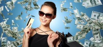 有信用卡和购物袋的愉快的妇女 免版税库存图片