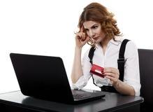 有信用卡的可疑女实业家 免版税图库摄影