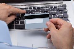 有信用卡的在网上购物的人 库存图片