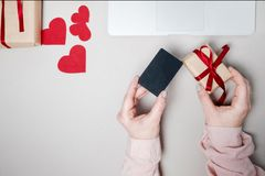 有信用卡的妇女手和膝上型计算机,有心脏的礼物盒和 库存照片