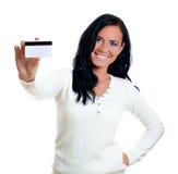 有信用卡的微笑的妇女。 免版税库存图片