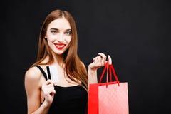 有信用卡的性感的富有的妇女 免版税库存照片