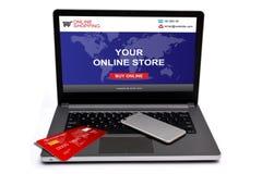 有信用卡的网上在膝上型计算机屏幕上的商店和智能手机 免版税库存图片