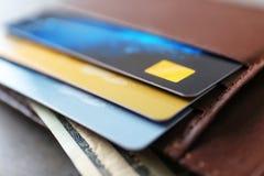 有信用卡的被打开的棕色皮革钱包 免版税库存图片