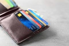 有信用卡的被打开的棕色皮革钱包 库存图片