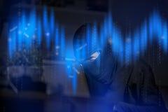 有信用卡的黑客在膝上型计算机为未批准的购物使用这些数据 库存照片