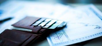 有信用和折扣卡片的皮革钱包 免版税库存照片