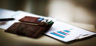 有信用和折扣卡片的皮革钱包 库存照片