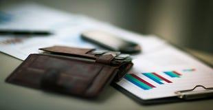 有信用和折扣卡片的皮革钱包 免版税库存图片