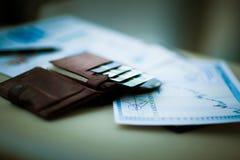 有信用和折扣的皮革钱包在办公室拟订工作场所 免版税图库摄影