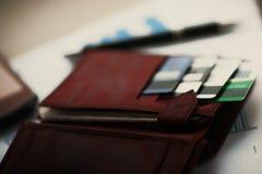 有信用的皮革钱包在折扣卡片 免版税库存照片