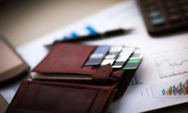 有信用的皮革钱包在折扣卡片 库存图片