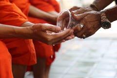 有修士祝福的泰国寺庙 免版税图库摄影