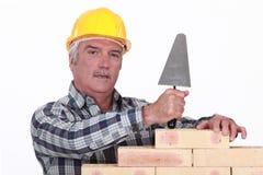有修平刀的泥工 免版税库存图片