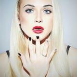 有修指甲的美丽的白肤金发的妇女 性感的秀丽女孩 构成 库存图片