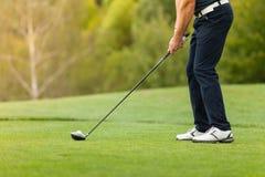 有俱乐部的高尔夫球运动员 免版税库存图片