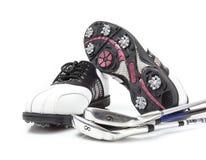 有俱乐部的高尔夫球鞋子 免版税库存图片