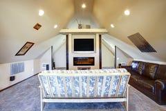 有倾斜的天花板的别致的顶楼客厅 库存图片
