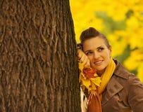 有倾斜结构树的划分为的叶子的妇女 免版税图库摄影