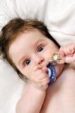 有假和银色玩具的纵向婴孩 库存图片