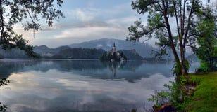 有假定圣Marys教会的布莱德湖在小海岛上的 B 库存照片