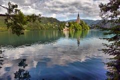 有假定圣Marys教会的布莱德湖在小海岛上的 B 免版税库存图片