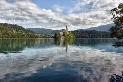 有假定圣Marys教会的布莱德湖在小海岛上的 B 库存图片
