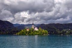 有假定圣Marys教会的布莱德湖在小海岛上的 B 免版税库存照片