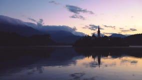 有假定的圣Marys教会的布莱德湖在小海岛上的日落的;流血,斯洛文尼亚,欧洲 股票录像