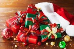 有假日装饰的圣诞礼物箱子在木土气背景 免版税图库摄影