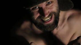 有假笑的,突然跃迁可怕邪恶的阴险有胡子的人从黑暗 有赤裸躯干的奇怪的俄国人和 影视素材