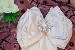 有假钻石的传送带在一个豪华白色婚礼 图库摄影