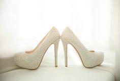 有假钻石的典雅的新娘白色鞋子 免版税库存照片