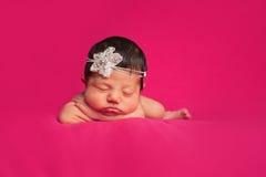 有假钻石头饰带的新出生的女婴 免版税库存照片