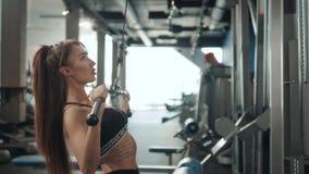 有做与酒吧的完善的健身身体的专业运动教练员体育女孩锻炼坚硬训练在斜面长凳 股票录像