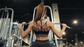 有做与酒吧的完善的健身身体的专业运动教练员体育女孩锻炼坚硬训练在斜面长凳 股票视频