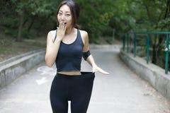有做体育,健身,饮用水的一个完善的图的妇女 库存照片
