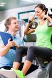 有做体育und健身的个人教练员的妇女 图库摄影