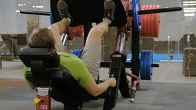 有做在模拟器的多余重量的一个人腿新闻在健身房 r r 股票录像
