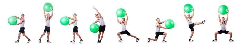 有做在白色的瑞士球的人锻炼 免版税库存图片